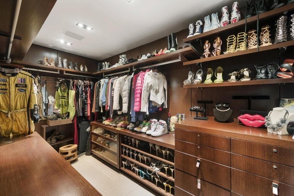 7 Hubert Street, walk-in closets