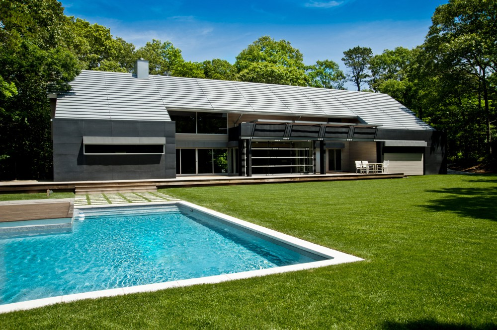 Mojo stumer 39 s east hampton home is a contemporary take on for Architects hampton