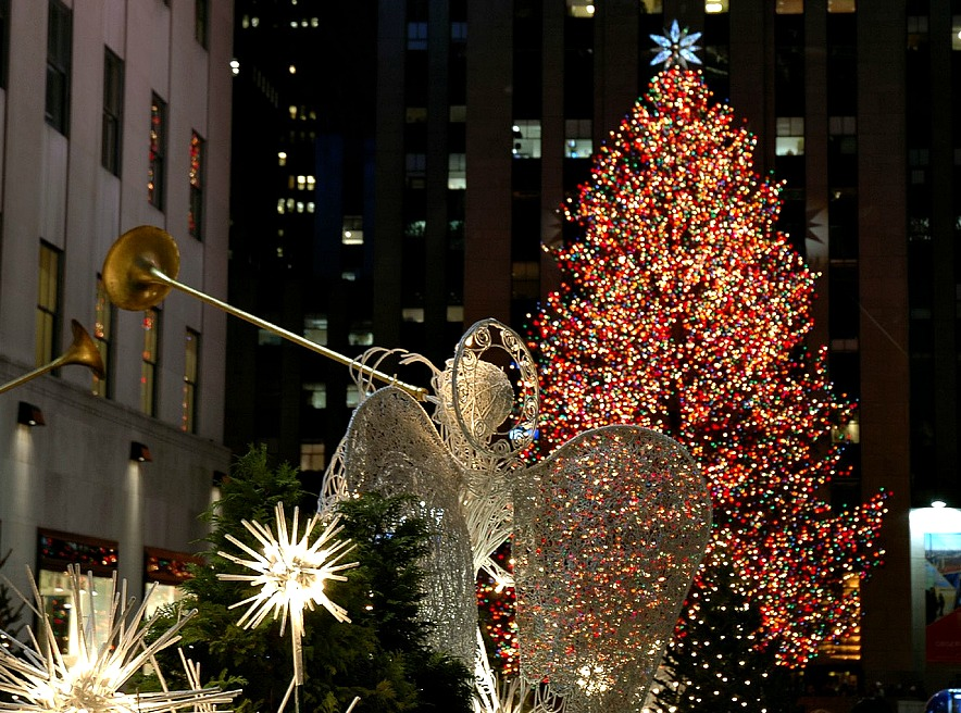 Daily Link Fix: Rockefeller Center Christmas Tree Makes Journey to NYC;  Light-Up Loaves of Bread Run on Batteries, Aren't Edible - Daily Link Fix: Rockefeller Center Christmas Tree Makes Journey To