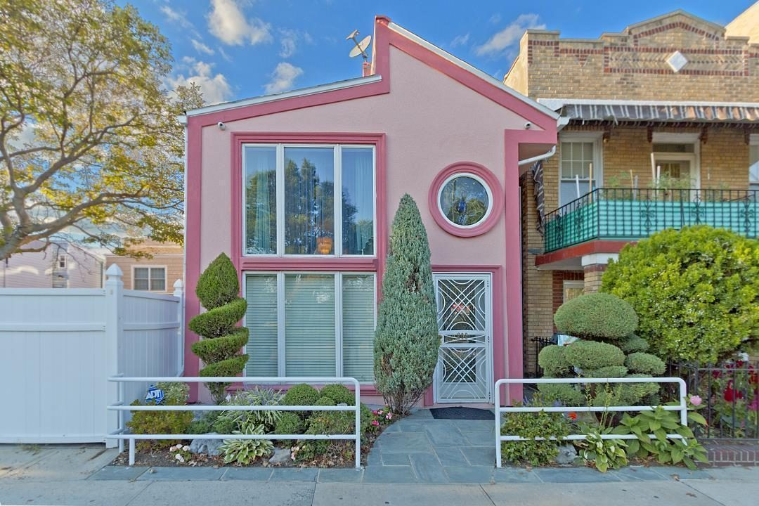 Real Estate Wire: Tacky Pink Brooklyn House Wants $900K; Zaha ...