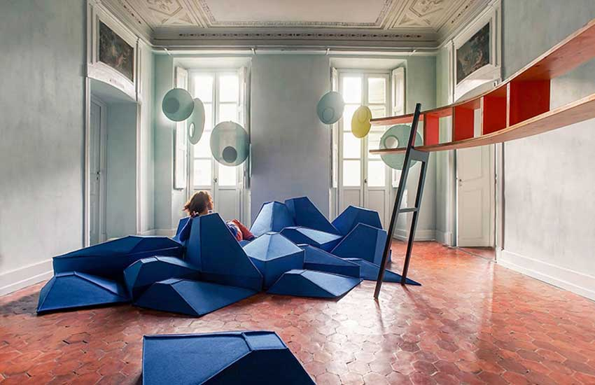 Stéphanie Marin, faceted seat, Les Angles, woolen seat, Smaring, Livingstones, oversized pebbles, acoustic properties, floor furniture, wall insulator, Roger Penrose,