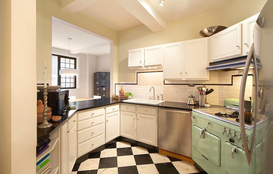 102 East 22nd Street, kitchen