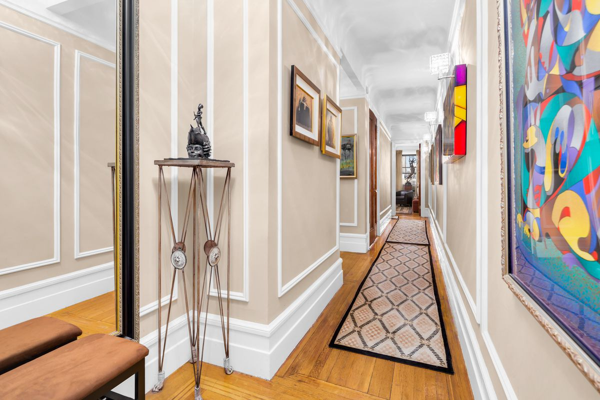 Spacious and rambling sevenroom apartment asks 27M on the