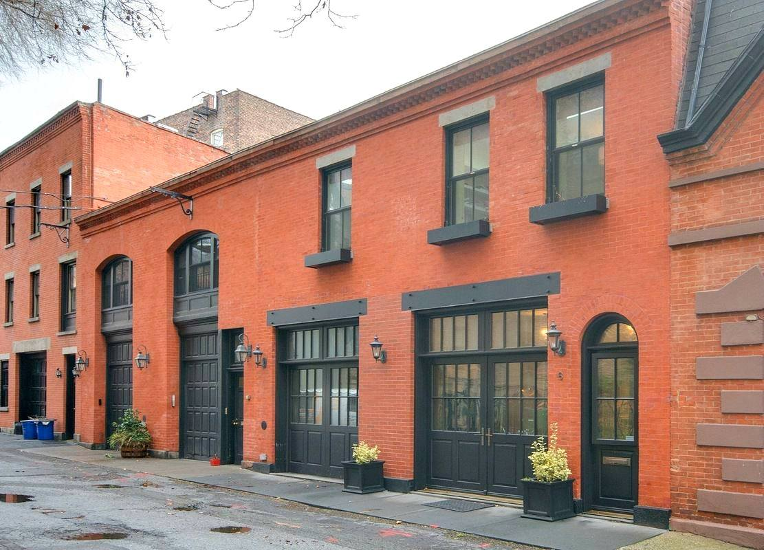 Modern carriage house on an exclusive street of Brooklyn Heights