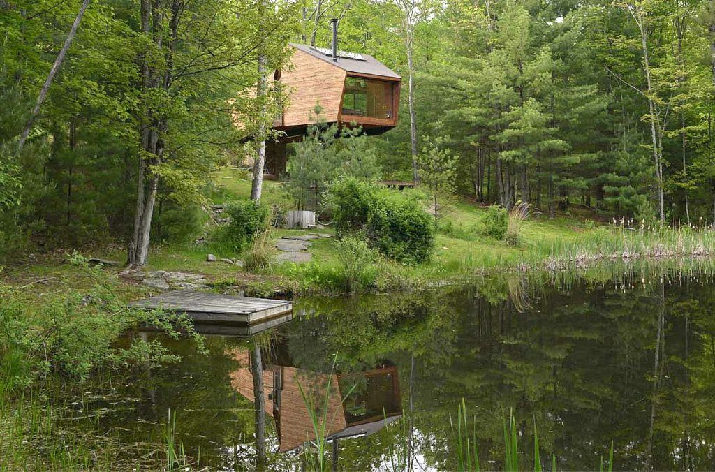 Modern catskills treehouse uses angular geometry to for Modern tree house designs