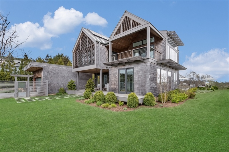 Berg design s upside down montauk beach house is now for for Hamptons beach house for sale