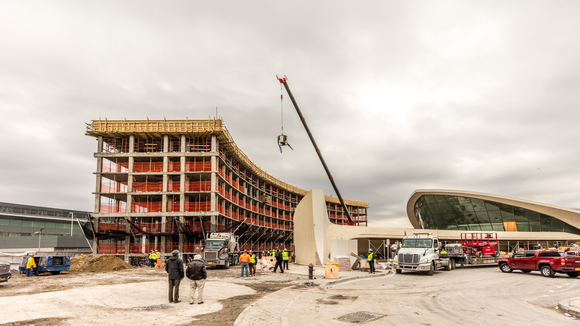 Jfk 39 s twa flight center hotel tops out on track to open for Hotel at jfk terminal