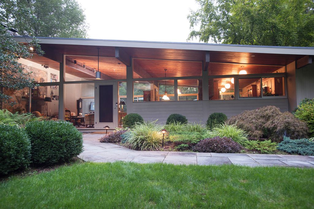 Live in a classic mid century modern home on three acres for Cost to build mid century modern home