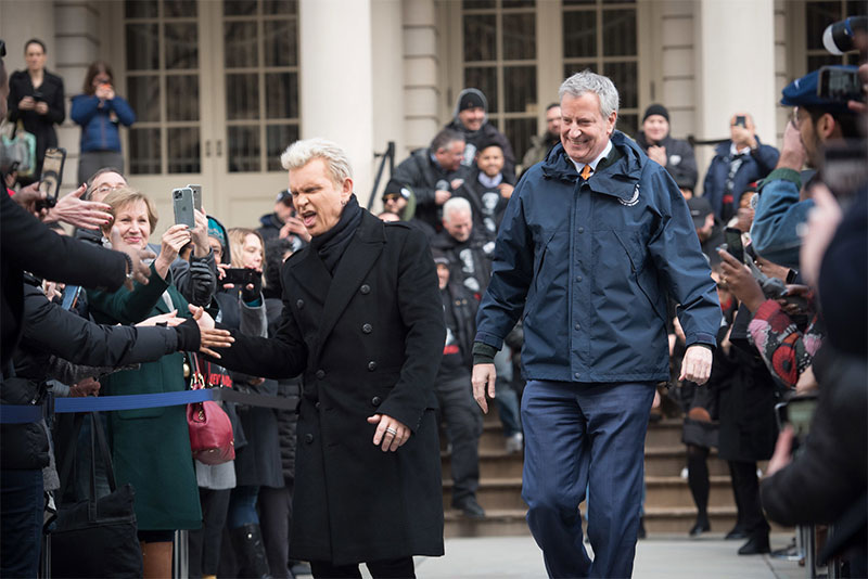 Billy Idol joins Mayor de Blasio in anti-idling message